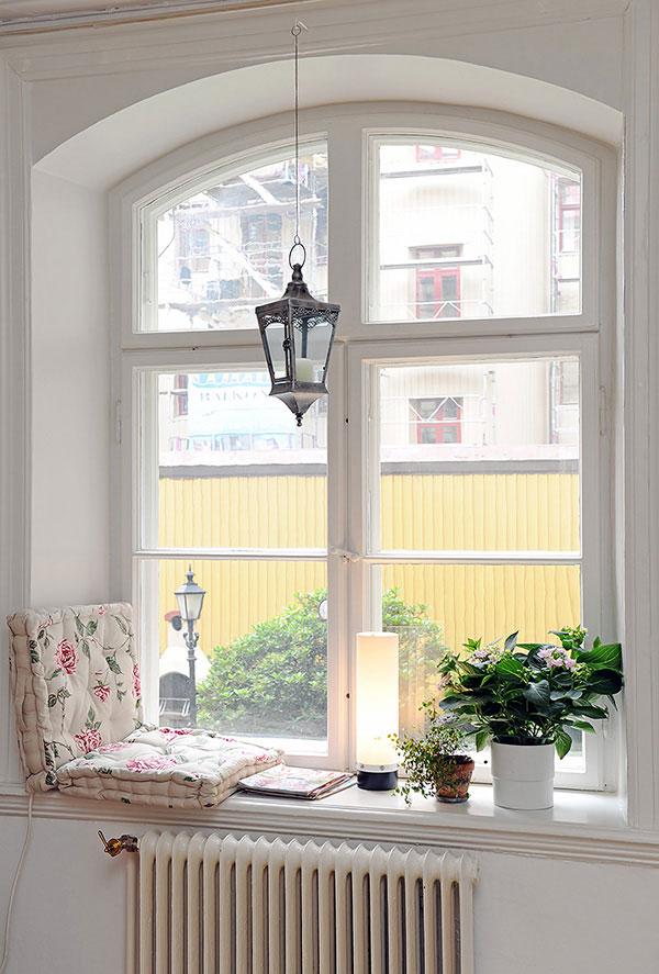 loc pentru citit la fereastra