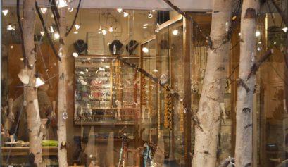 Vitrina unui magazin de bijuterii. Mesteacănul arată minunat, oriunde.