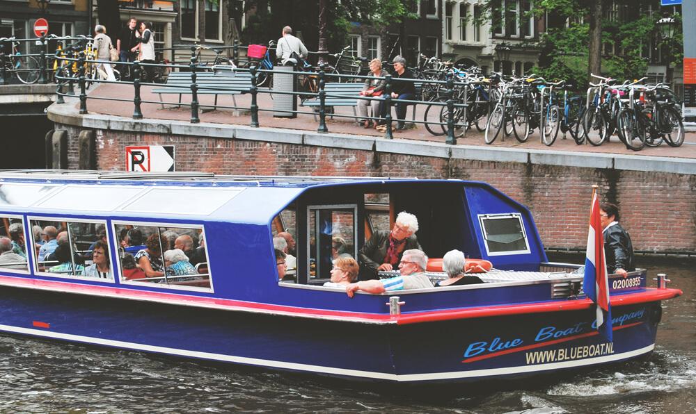 oameni-din-amsterdam-batrani-cu-vaporul