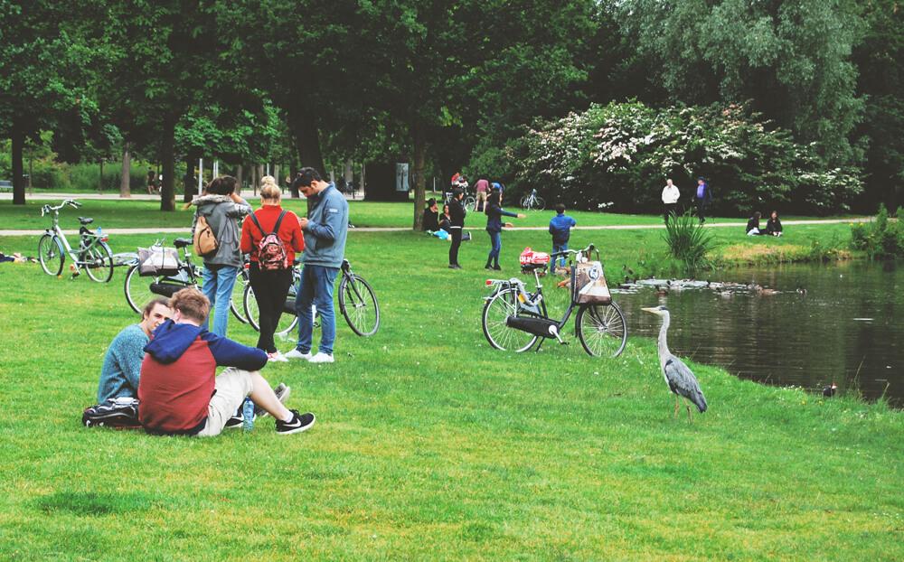 oameni-din-amsterdam-in-parc