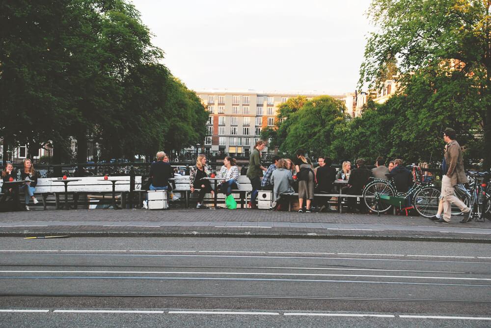 oameni-din-amsterdam-pe-pod