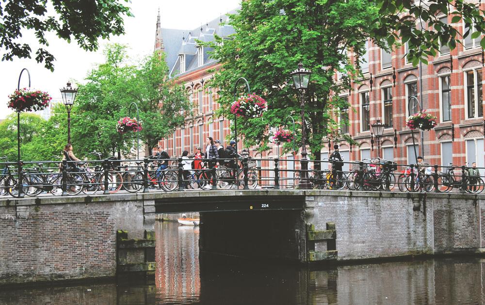 oameni-din-amsterdam-pe pod